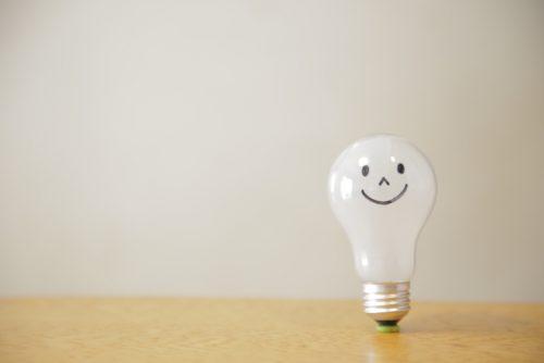 にっこり笑う電球