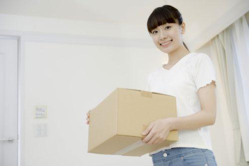 箱を持つ女性