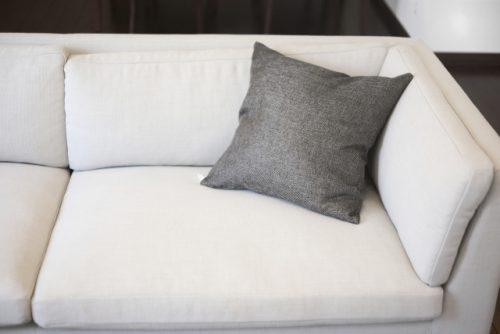 白く大きいソファー